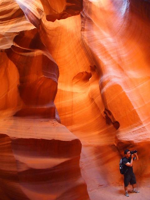 洞窟内でカメラを向ける様子