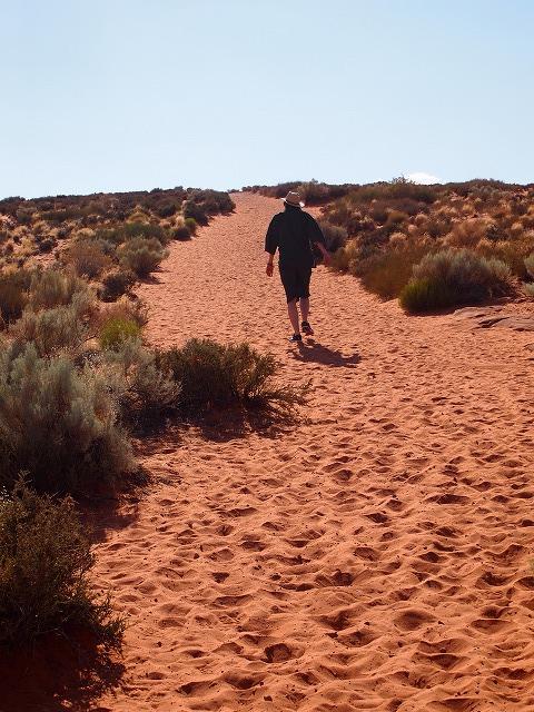 砂漠の坂道を登る