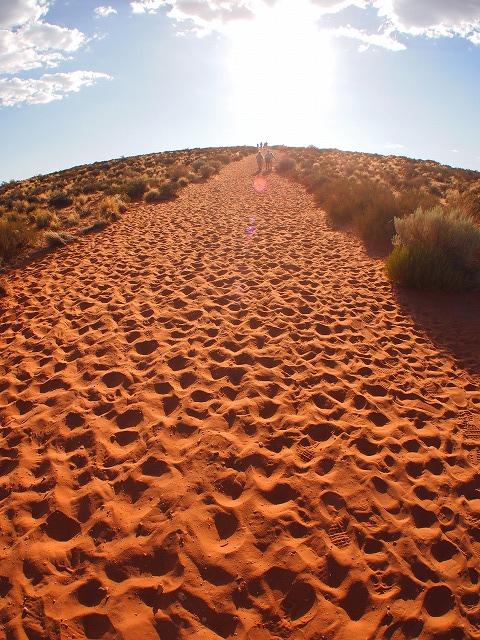 10分歩く砂漠の坂道