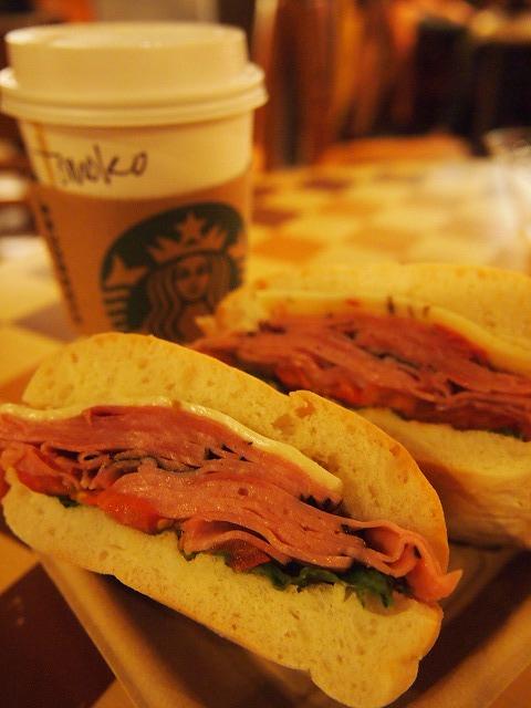 スタバでサンドイッチとカフェラテ