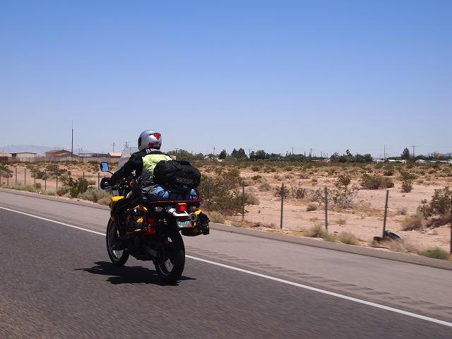 高速をバイクで走るおじさん
