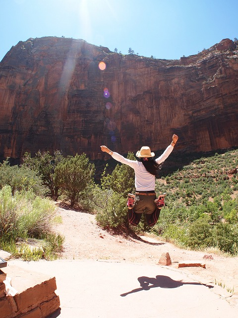 大きな岩へジャンプ