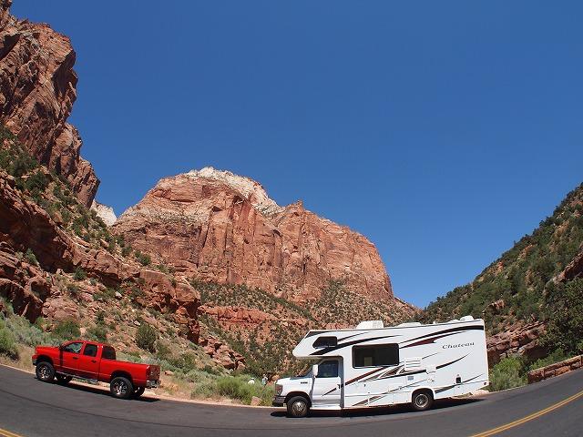 キャンピングカーと赤いトラック