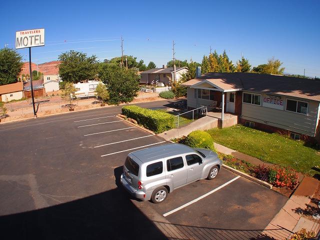 モーテルの駐車場