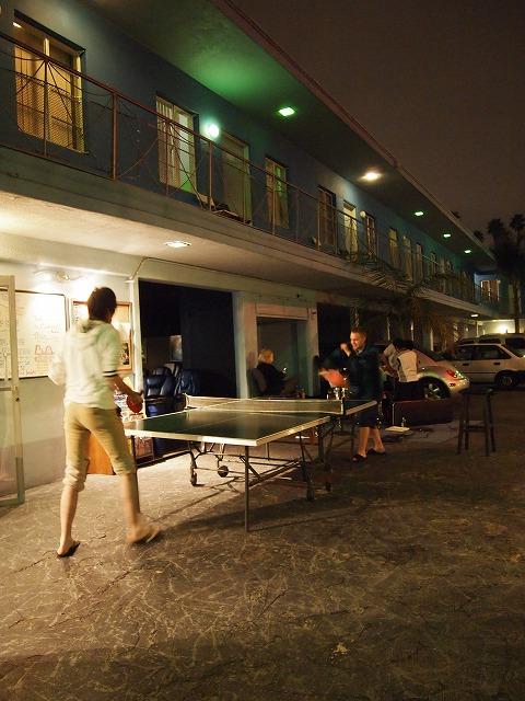 ホステルで卓球