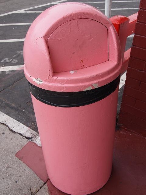 ピンクのゴミ箱