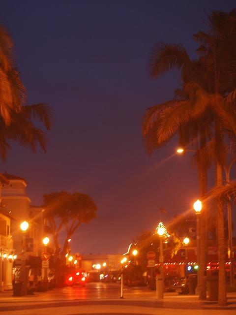ニューポートビーチの夜の街灯
