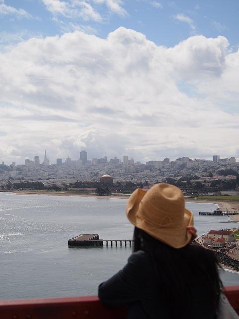 橋の上から町を眺める