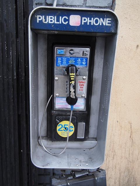 汚い電話ボックス