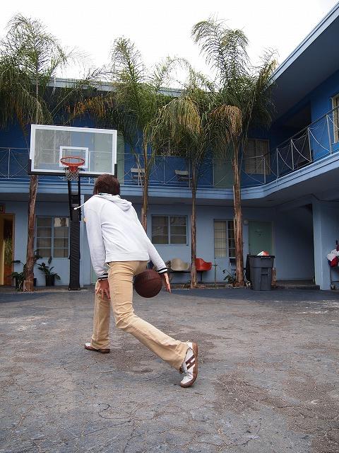 ホステルでバスケ