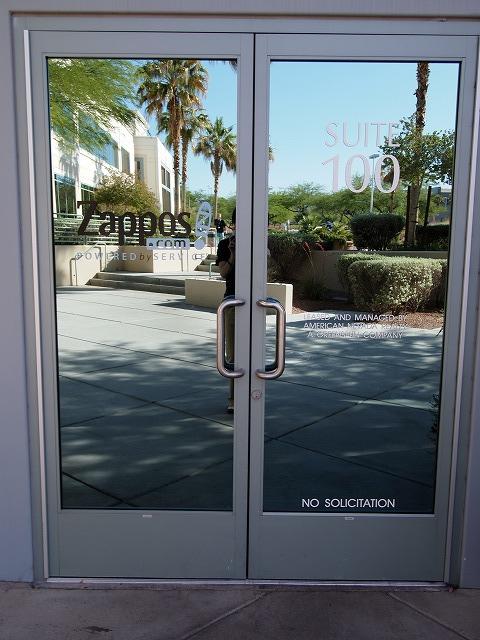 ザッポスロゴ入りのドア