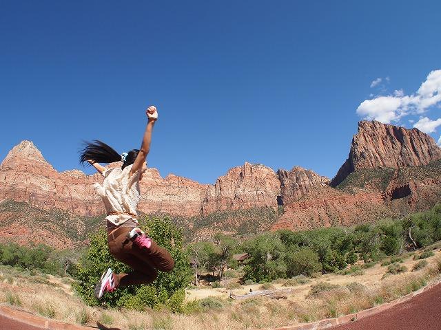 大きな岩山へジャンプ