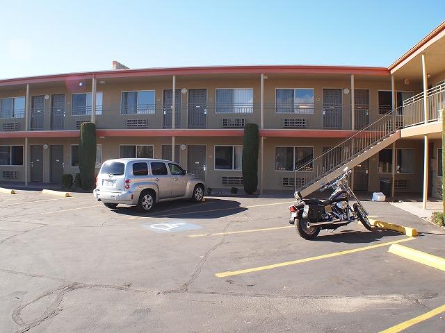モーテルの駐車場とハーレー