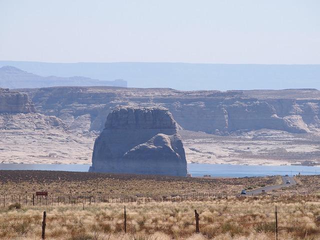 レイクパウエルに浮かぶ岩