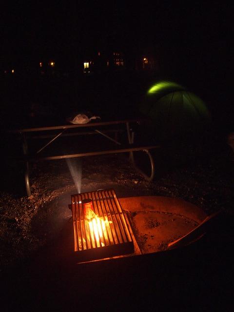 キャンプサイトで薪