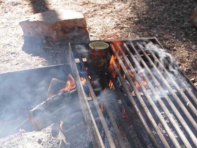 薪で焦げる缶詰