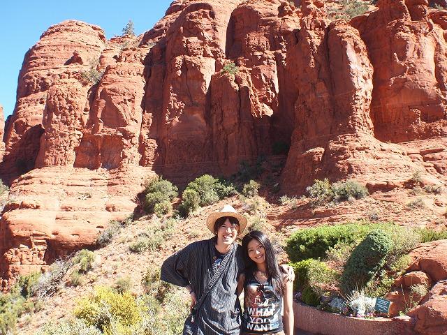 教会と赤褐色の岩をバックに記念撮影