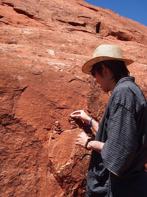 小石を積み上げる