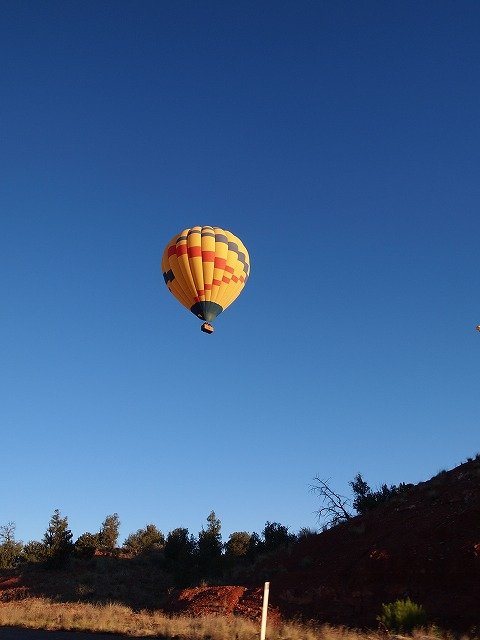 空高く飛ぶ気球