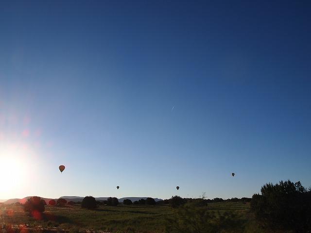 沢山の気球た空に浮かぶ