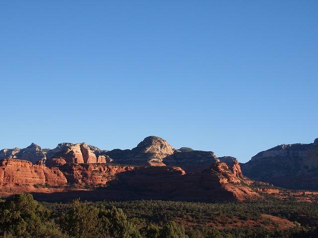 朝日に照らされる赤褐色の岩山