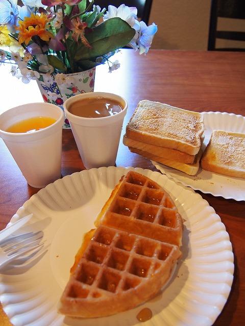 モーテルの朝ごはんにワッフルとオレンジジュース