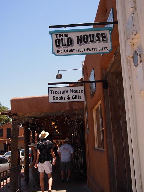 オールドタウンのお店が立ち並ぶ看板