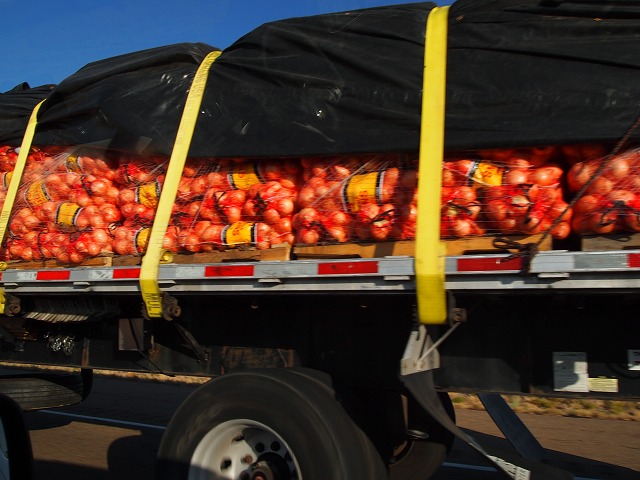 大量の玉ねぎを運ぶトラック