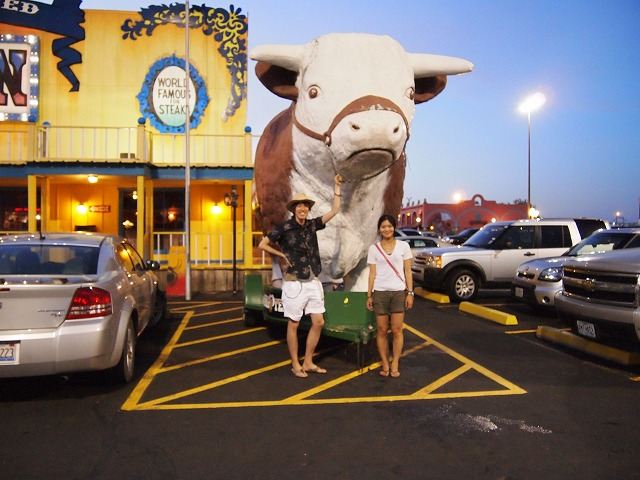 お店正面に牛のおもちゃ