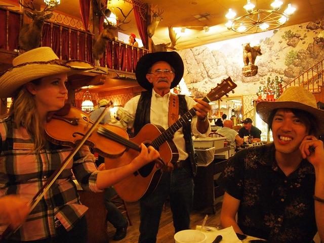 店内で楽器を引く演奏家